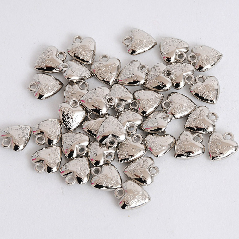 Cuoricini in metallo inciso Love con occhiello
