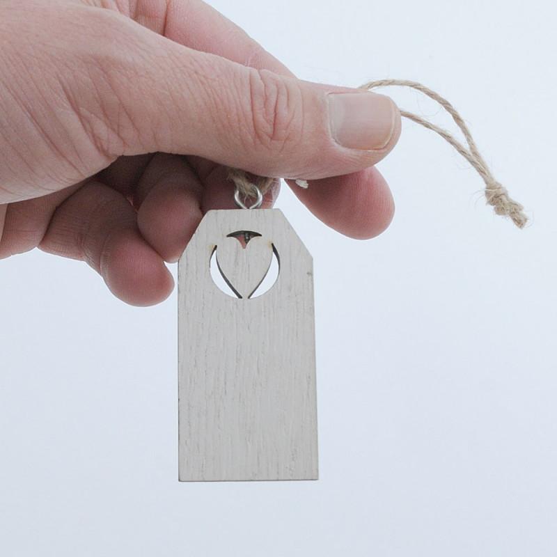 Etichette in legno con cuore intagliato