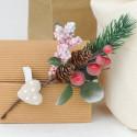 Stelle Natale: bacche rosse pigna aghi di pino innevati