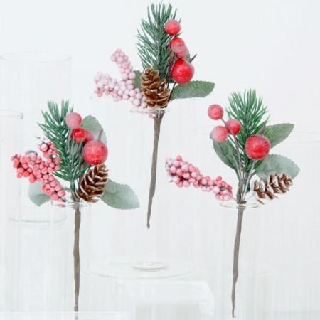 Pick bacche rosse pigna aghi di pino innevati