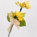 Pick di ginestre con foglie bacche e fiocco in juta