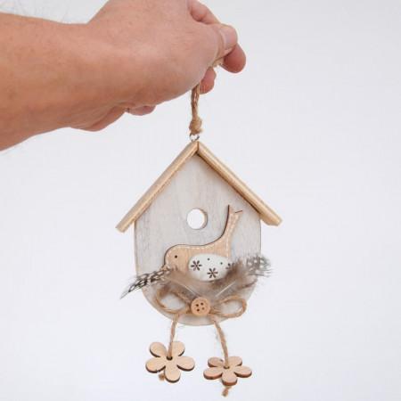 Casetta in legno con uccellino e piume