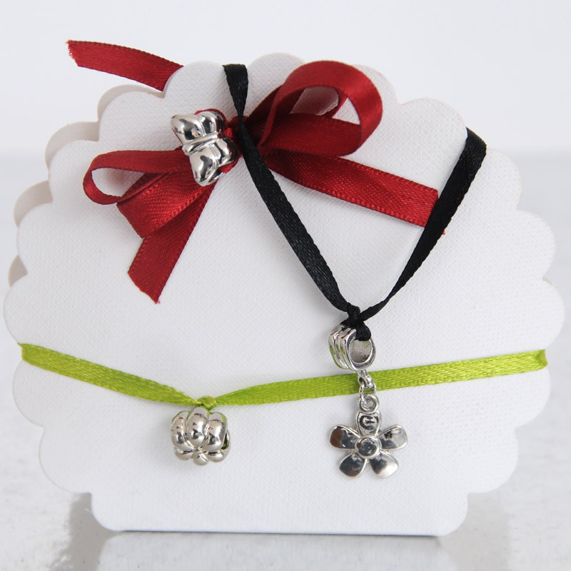 Piccoli pendenti in metallo a forma di farfalla e fiore con anelli passa-nastro