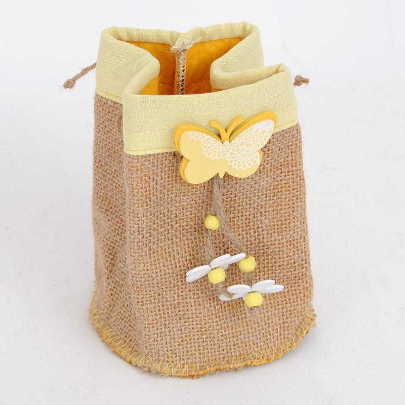 Sacchettino bomboniera in juta con decorazioni in legno, farfalla e margherite